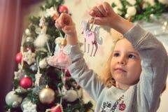 Niña con los ornamentos de la Navidad Fotografía de archivo libre de regalías