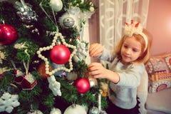 Niña con los ornamentos de la Navidad Fotos de archivo