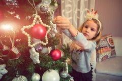 Niña con los ornamentos de la Navidad Foto de archivo libre de regalías