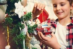 Niña con los ornamentos de la Navidad Imagen de archivo