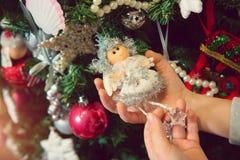 Niña con los ornamentos de la Navidad Imágenes de archivo libres de regalías