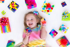Niña con los presentes de cumpleaños Fotografía de archivo libre de regalías