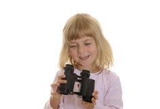Niña con los prismáticos Imagenes de archivo