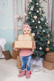 Niña con los regalos del Año Nuevo Foto de archivo libre de regalías