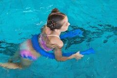 Niña con los tallarines de la natación fotografía de archivo libre de regalías