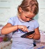 Niña con smartphone Foto de archivo