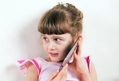 Niña con smartphone Fotografía de archivo libre de regalías