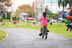 Niña con su bici en el parque fotografía de archivo