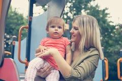 Niña con su madre Fotos de archivo
