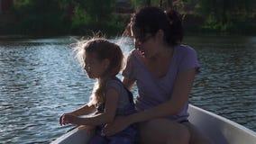 Niña con su madre en un barco almacen de video