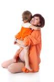 Niña con su madre en un estudio fotos de archivo