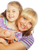 Niña con su mamá feliz aislada en blanco fotografía de archivo