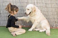 Niña con su perro Fotos de archivo