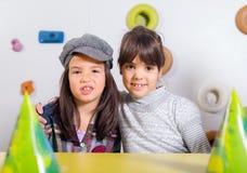 Niña con sus amigos en la fiesta de cumpleaños Imagen de archivo libre de regalías