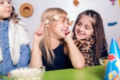 Niña con sus amigos en la fiesta de cumpleaños Fotos de archivo libres de regalías