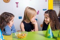 Niña con sus amigos en la fiesta de cumpleaños Imágenes de archivo libres de regalías