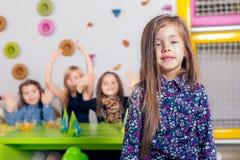 Niña con sus amigos en la fiesta de cumpleaños Fotografía de archivo libre de regalías