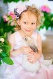Niña con un conejo Imagen de archivo