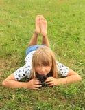 Niña con un gatito foto de archivo