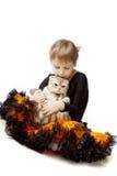 Niña con un gato en un fondo blanco Fotografía de archivo libre de regalías