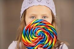 Niña con un lollipop Imagen de archivo