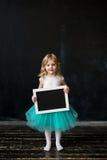 niña con un marco en sus manos Imagenes de archivo