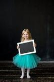 niña con un marco en sus manos Foto de archivo