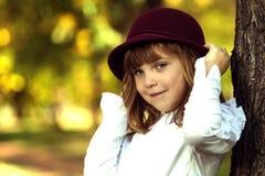 Niña con un sombrero fotografía de archivo