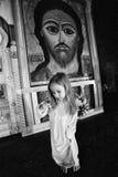 niña con una cruz en la iglesia ortodoxa Imágenes de archivo libres de regalías