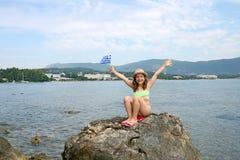 Niña con una isla griega Grecia de Corfú de la bandera Fotografía de archivo libre de regalías