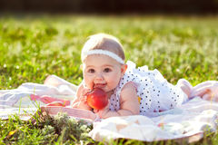 Niña con una manzana Imagen de archivo libre de regalías