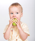 Niña con una manzana imagen de archivo