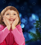 Niña cuatro años y árboles de navidad Imágenes de archivo libres de regalías