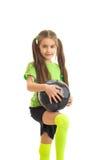 Niña de Cutie con el balón de fútbol en manos Fotos de archivo