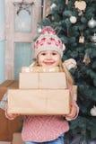 Niña de la belleza con los regalos del Año Nuevo Imagenes de archivo
