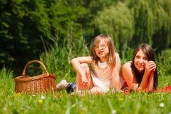 Niña de la madre y de la hija que tiene comida campestre en parque Imagen de archivo