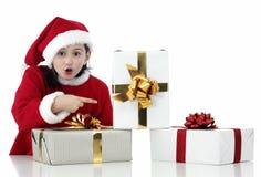 Niña de Navidad con los presentes Imágenes de archivo libres de regalías