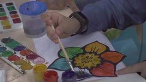 Niña de nueve años que dibujan en acuarela metrajes