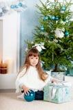 Niña debajo del árbol en la Navidad Fotografía de archivo libre de regalías