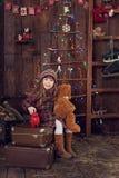 Niña debajo del árbol en la Navidad Fotografía de archivo