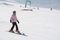 Niña del principiante que aprende esquiar Imagenes de archivo