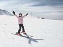 Niña del principiante que aprende esquiar Fotografía de archivo