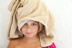Niña después del baño con la toalla en la cabeza Fotografía de archivo libre de regalías