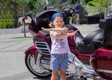 Niña divertida cerca de las motocicletas fotografía de archivo