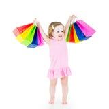 Niña divertida después de la venta con sus bolsos coloridos Fotografía de archivo libre de regalías