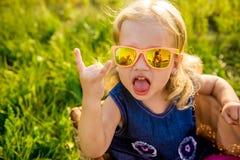 Niña divertida en gafas de sol Fotos de archivo libres de regalías