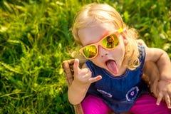 Niña divertida en gafas de sol Fotografía de archivo