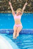 Niña divertida en la piscina Foto de archivo libre de regalías