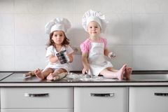 Niña dos que prepara las galletas en cocina en casa fotografía de archivo libre de regalías
