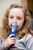 Niña e inhalador Foto de archivo libre de regalías